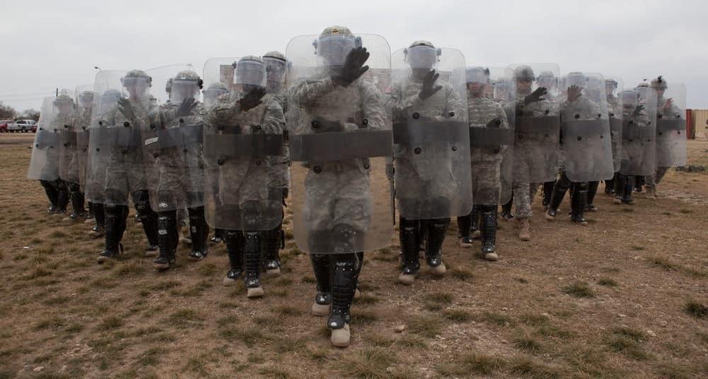 Αμερικανοί στρατιώτες θα «υποδεχθούν» μετανάστες με ρόπαλα!