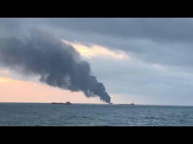 Κριμαία: Εκρήξεις και φωτιά σε δύο πλοία στα στενά του Κερτς