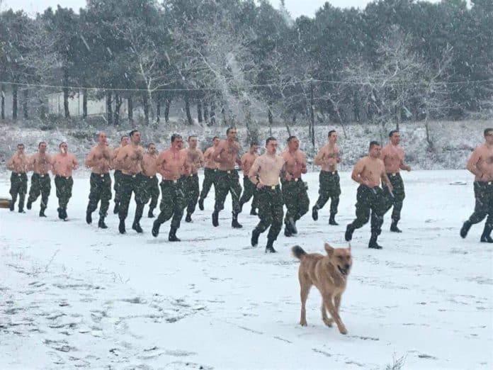 Ημίγυμνα κομάντο βγήκαν για παιχνίδι στα χιόνια! 16 + 1 viral photo