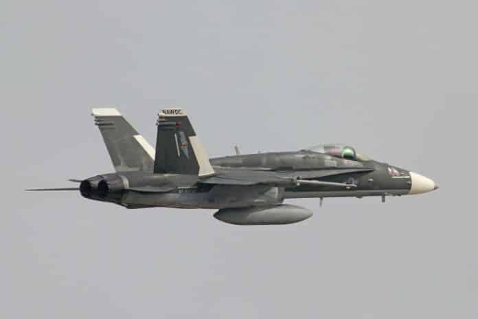 Αμερικανικό F/A-18 βαμμένο σαν ρωσικό SU-30 σε άσκηση!