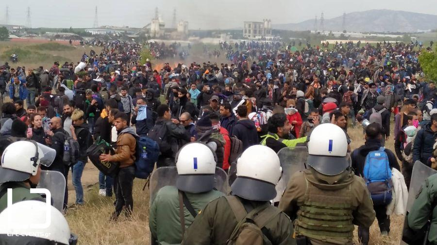 Διαβατά: Χάος με νέα επεισόδια - Φωτιές άναψαν οι πρόσφυγες
