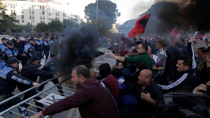 Τίρανα: Βίαια επεισόδια σε διαδήλωση - 12 τραυματίες αστυνομικοί