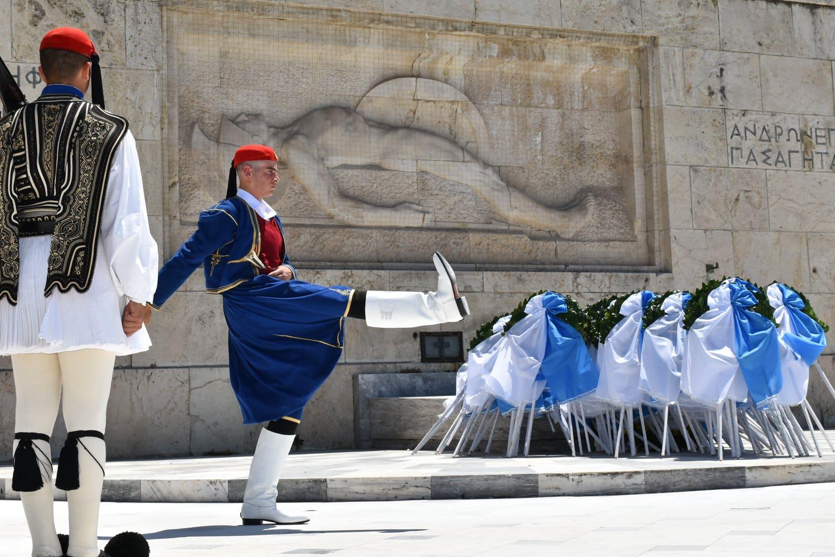Η προεδρική φρουρά τιμά τη Μάχη της Κρήτης - Βρακοφόροι Εύζωνες