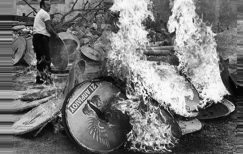 24 Ιουλίου 1974: Όταν έκαψαν το πουλί και ήρθε ο Καραμανλής