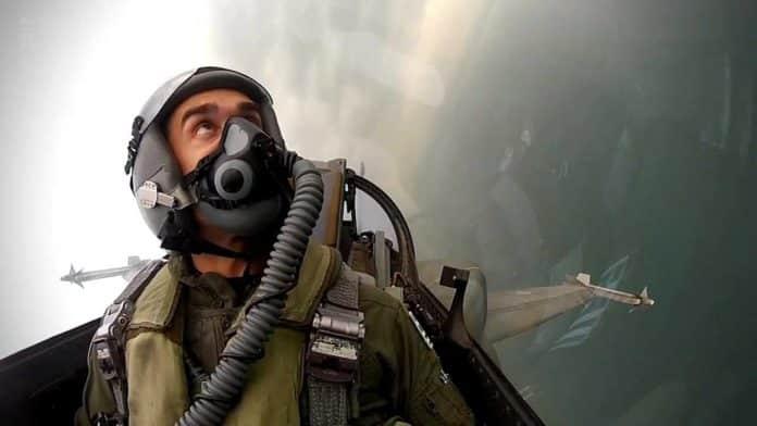γιορτή αεροπορίας 2020 28η Οκτωβρίου: Μήνυμα του πιλότου του F-16 ΖΕΥΣ για την εθνική επέτειο Δημήτρης Βολακάκης 28η Οκτωβρίου: Αυτός είναι ο πιλότος του F-16 στην παρέλαση