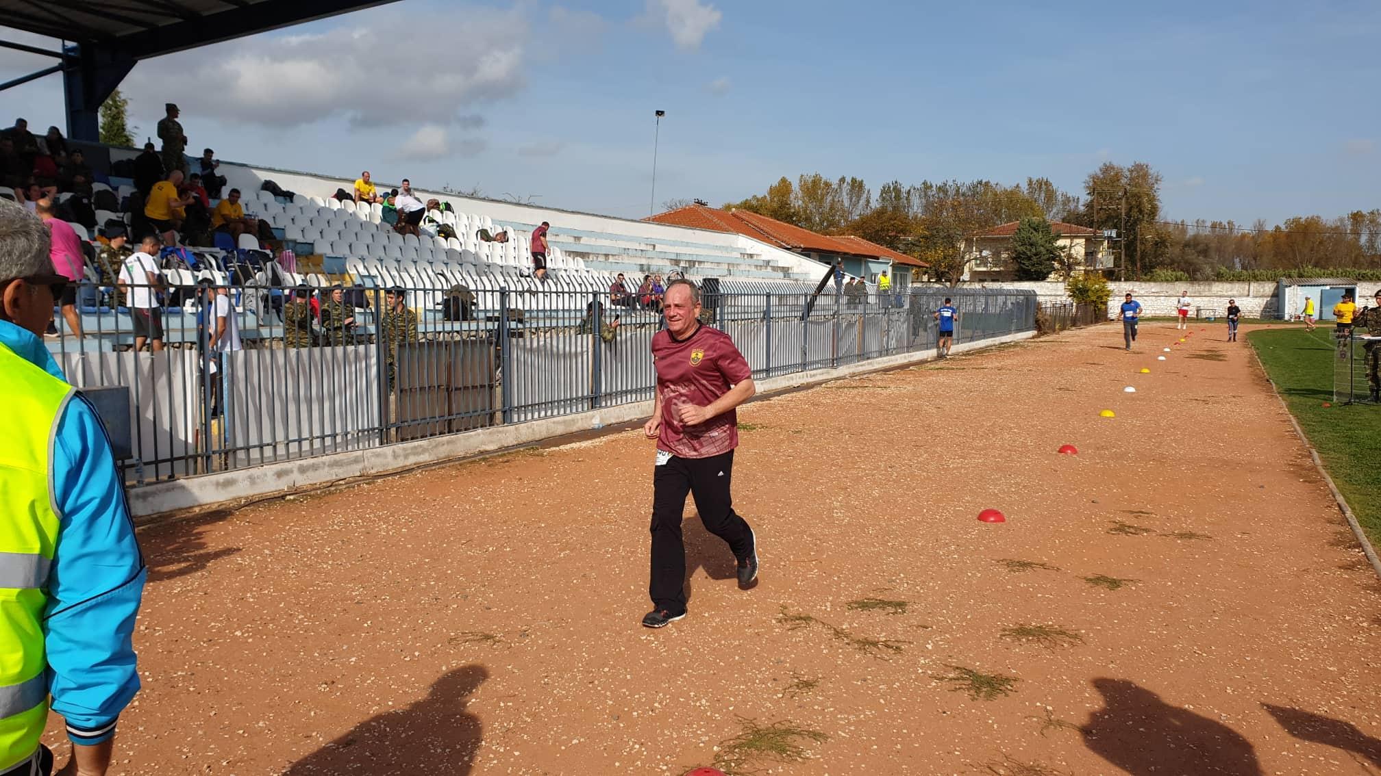 Τερμάτισε ο υποστράτηγος Ιλαρίδης στο Σουφλί - Η στιγμή που φθάνει στο τέρμα της διαδρομής στον πρώτο αγώνα ανωμάλου δρόμου που διοργάνωσε η 50 Ταξιαρχία