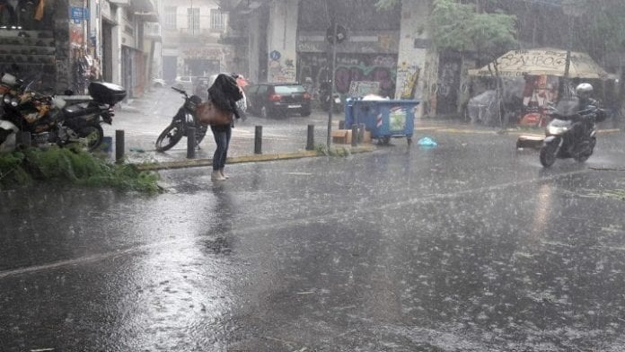 Κλειστοί δρόμοι - Κακοκαιρία: Κλειστή η Πειραιώς - Πλημμύρα σε Πειραιά