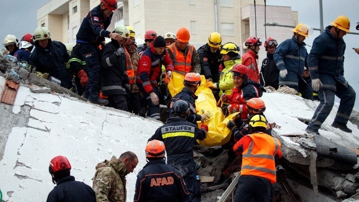 Σεισμός στην Αλβανία: Ανασύρθηκε νεκρή μητέρα με δίδυμα παιδιά
