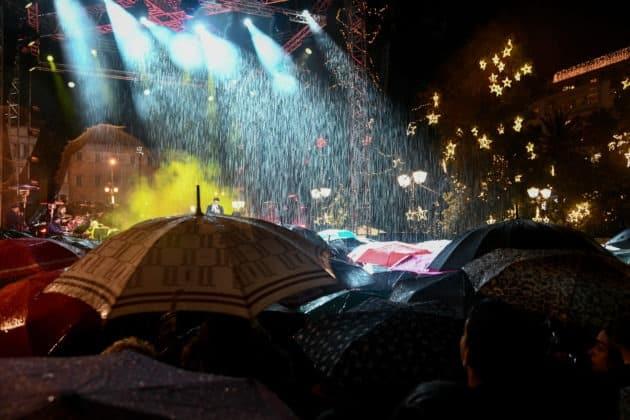 Αθήνα: Άναψε το χριστουγεννιάτικο δέντρο υπό βροχή ΦΩΤΟ