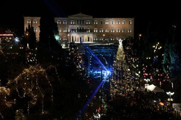 Αθήνα: Δείτε το χριστουγεννιάτικο δέντρο Άναψε υπό βροχή ΦΩΤΟ 1 Αθήνα: Δείτε το χριστουγεννιάτικο δέντρο Άναψε υπό βροχή ΦΩΤΟ