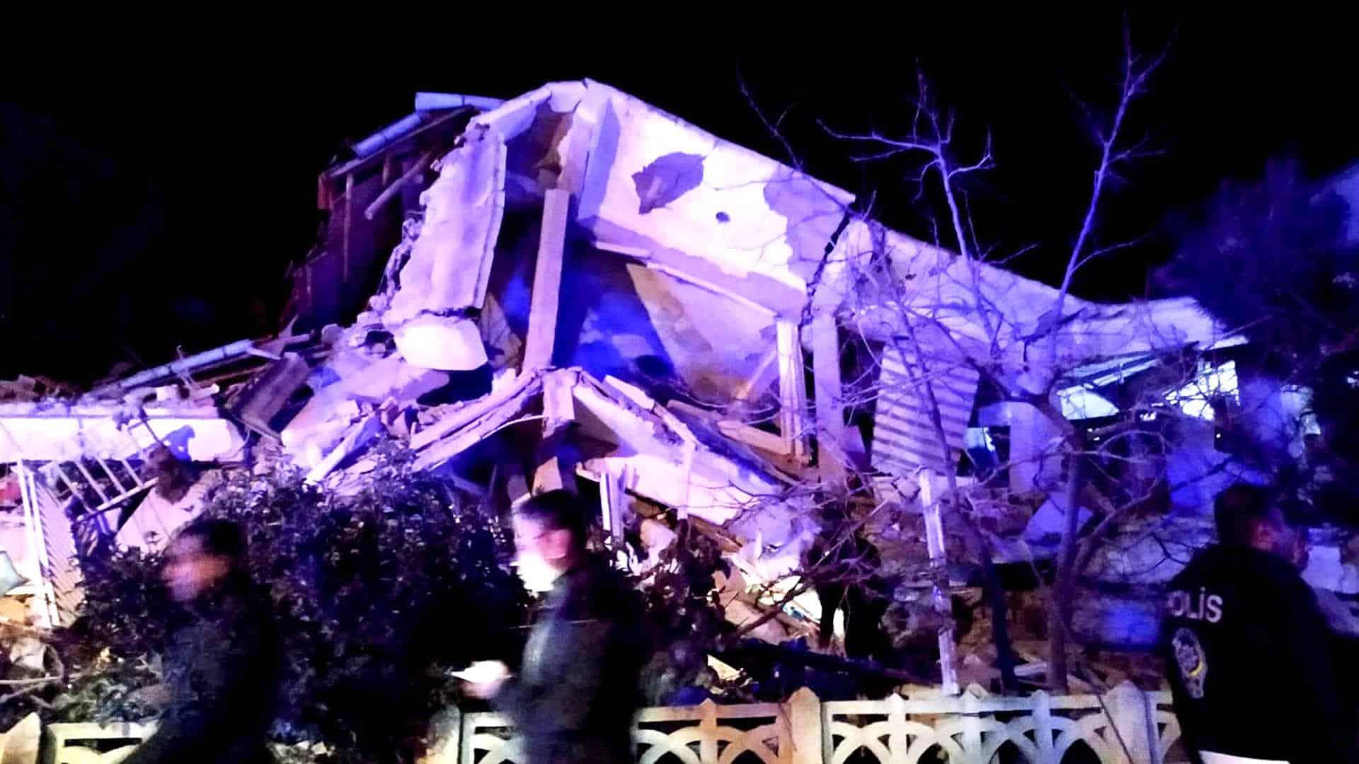 Τουρκία σεισμός: 19 νεκροί 900 τραυματίες Η Ελλάδα έτοιμη να συνδράμει