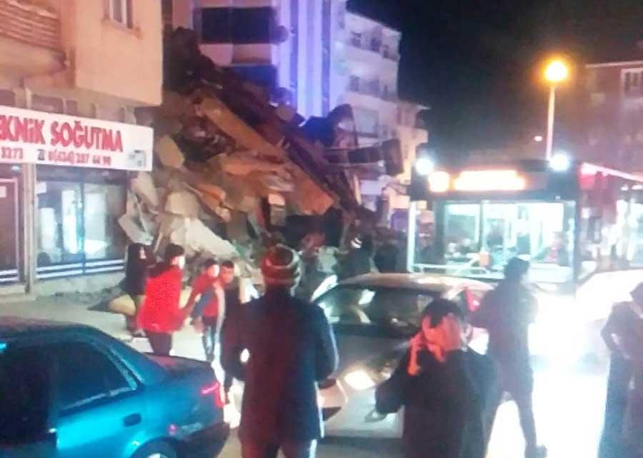 Σεισμός 6,8 ρίχτερ στην Τουρκία - Πηδούσαν από τα παράθυρα Video