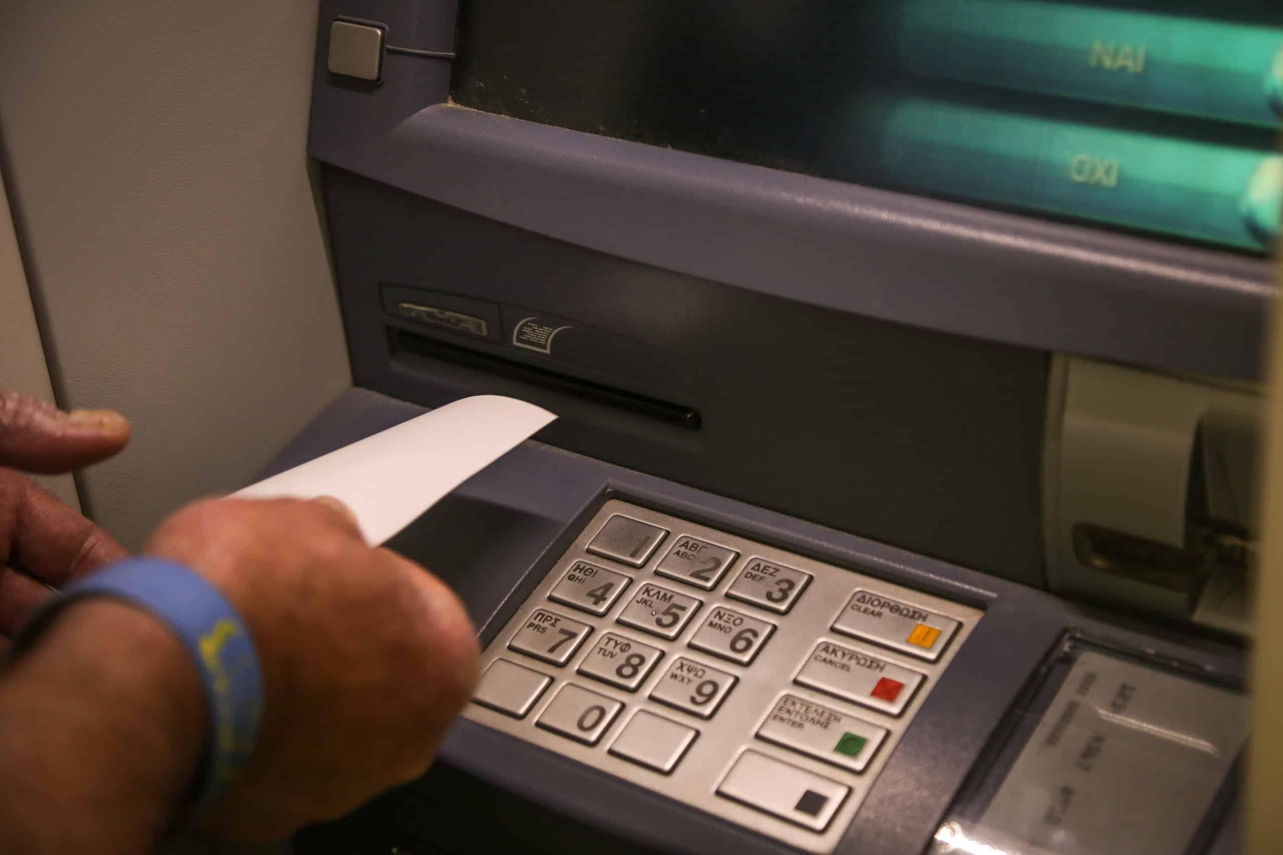 Όριο ανάληψης από τα ΑΤΜ: Τι ισχύει σύμφωνα με τις Τράπεζες