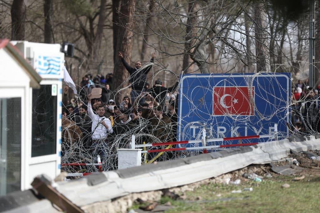 Spiegel: Επιμένει «Μετανάστης σκοτώθηκε από ελληνικά πυρά» Ελλάδα - Τουρκία και επικοινωνιακή αντιπαράθεση Έβρος: Συμφέροντα κρατών και δάκρυα προσφύγων Στρατόπεδο Βασιλειάδη Σέρρες πρόσφυγες μετανάστες Η χρήση του μεταναστευτικού ως ασύμμετρη απειλή