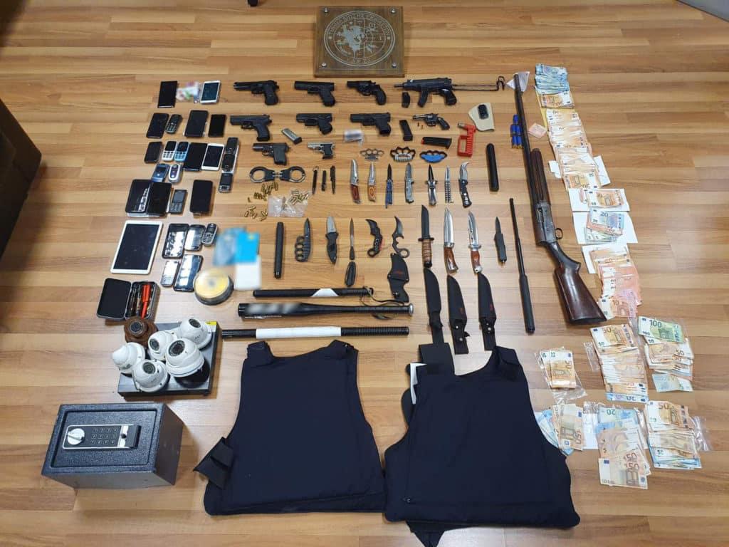 Στρατιωτικός σε κύκλωμα εκβιαστών που εξαρθρώθηκε - Η δράση του εκτεινόταν σε Πειραιά και Δυτική Αττική - 15 συλλήψεις έκανε η αστυνομία