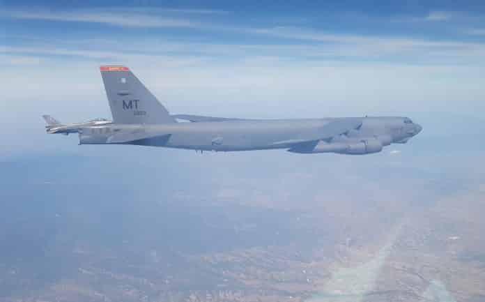 Αμερικανικά βομβαρδιστικά B-52 για 2η φορά μέσα σε λίγες ημέρες πέταξαν πάνω από την Ελλάδα και την Κύπρο συνοδεία ελληνικών F-16 της Πολεμικής Αεροπορίας