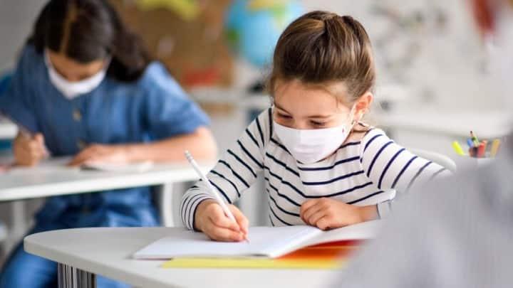 Σχολεία: Ώρα αγιασμού - Κλειστά παραμένουν σε Πέλλα, Λέσβο