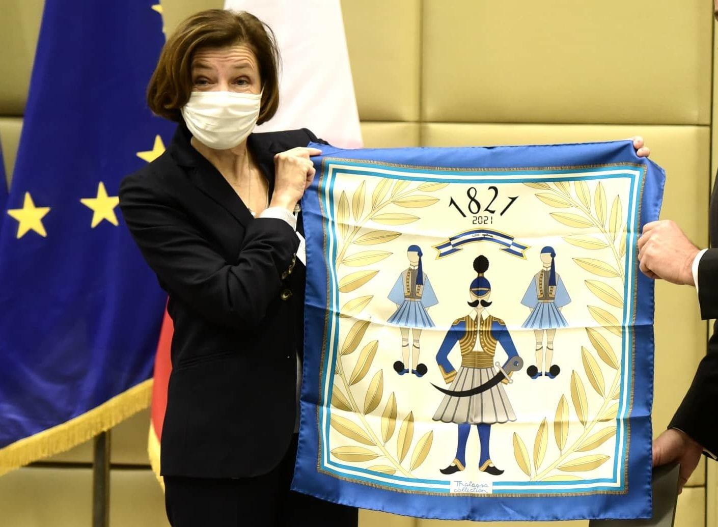 Μαντήλι με τσαρούχια made in Italy το δώρο Παναγιωτόπουλου στην Παρλί